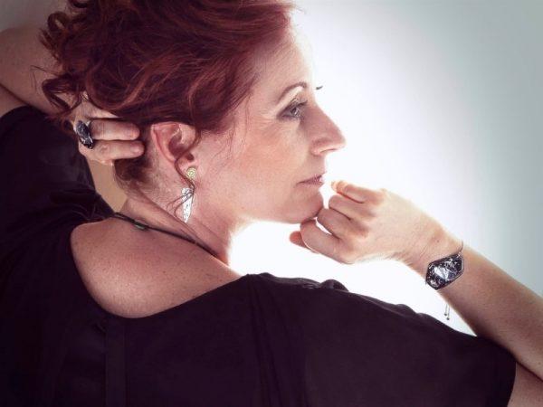La bijouterie Com'une Alchimie vous propose les boucles d'oreilles Joséphine de forme pyramidale en imitation marbre blanc et doré surmontées de leurs clous d'oreilles rosace doré en acier inoxydable de bijouterie doré prestige et douceur seront au rendez-vous
