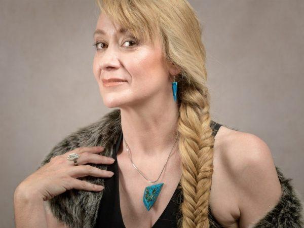 Les boucles d'oreilles Ursula sont parfaites pour convaincre un auditoire ou vous donner confiance en vous avec leur imitation de la pierre de turquoise leur forme pyramidale et leur crochets en acier inoxydable de bijouterie argenté qui n'induisent aucune allergie