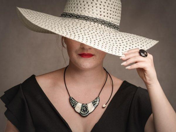 Le collier Indira est un collier deux en un puisqu'il possède un recto imitation nacre et mosaïque et un verso imitation émeraude et doré ce produit de bijouterie haut de gamme est également réglable en longueur et possède un design original grâce à son cordon retombant sur un seul côté et sa petite perle