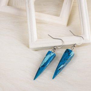 La bijouterie Com'une Alchimie vous présente les boucles d'oreilles Ursula de forme pyramidale en imitation de la pierre de turquoise et crochets d'oreilles en acier inoxydable de bijouterie couleur argent