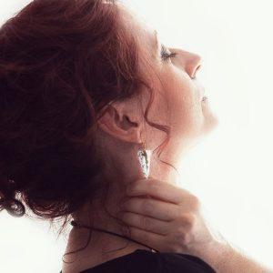 Produit de bijouterie haut de gamme boucles d'oreilles Joséphine pyramidales en imitation marbre blanc et doré et acier inoxydable de bijouterie doré pour accompagner les femmes dans leurs prises de décision