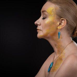 De part leur forme pyramidale les boucles d'oreille Ursula de la bijouterie Com'une Alchimie représentent l'éternité et la stabilité