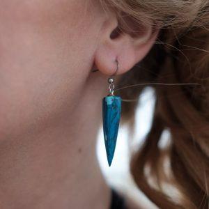 Com'une Alchimie bijouterie haut de gamme vous propose les boucles d'oreilles Ursula légères et élégantes en imitation de la pierre de turquoise et acier inoxydable de bijouterie garantissant une non allergie
