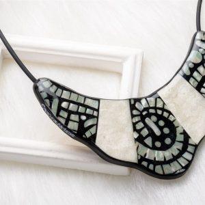 Le raffinement de la bijouterie est souvent dans les détails avec par exemple la signature de la marque sur la tranche du collier Indira
