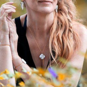 Léger et graphique le collier luxe Olympe vous apporte confiance élégance et sécurité puisque sa chaîne dorée est en acier inoxydable de bijouterie