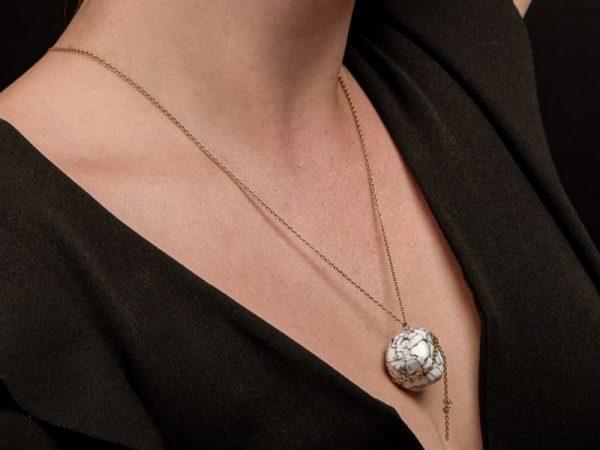 Le collier Olympe vous apportera luxe raffinement et pérennité aucune allergie possible puisque sa chaîne délicate est en acier inoxydable de bijouterie