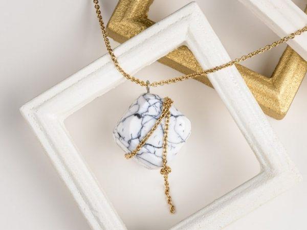 Vous serez éblouie par le détail des facettes du cube ainsi que par la douceur et la brillance du collier luxe Olympe