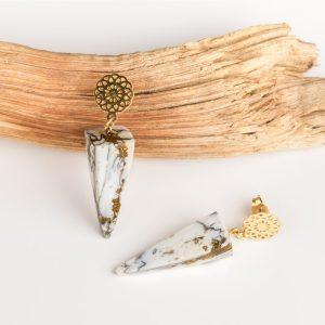Boucles d'oreilles Joséphine de forme pyramidale en imitation marbre blanc et doré puces d'oreilles rosace dorée en acier inoxydable de bijouterie hypoallergénique luxe et élégance garantit