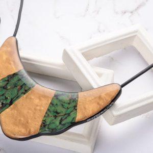Gros plan sur la finition brillante du collier Indira qui en plus d'être réversible et réglable en longueur est aussi très léger donc agréable à porter
