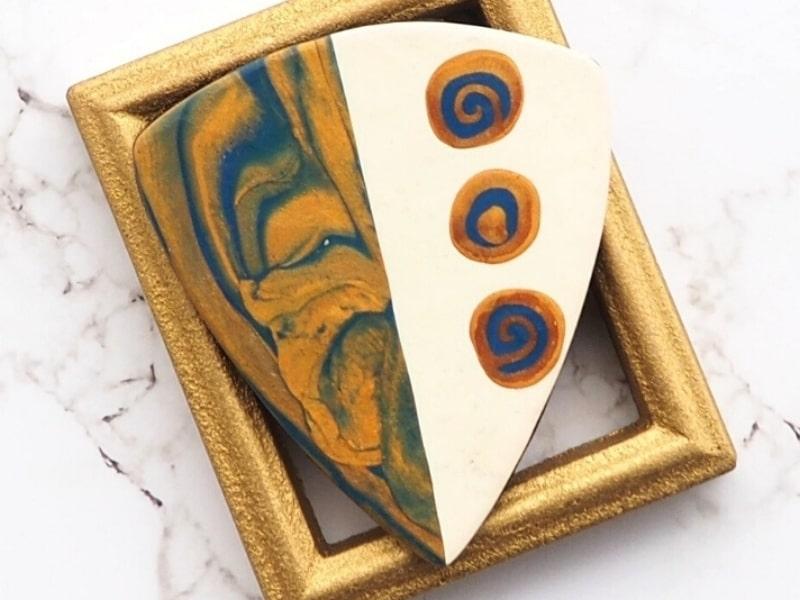 Exemple d'un pendentif réalisé grâce au cours d'initiation à l'argile polymère de Com'une Alchimie réunissant les bases essentielles de la pratique de la pâte polymère en 10 chapitres