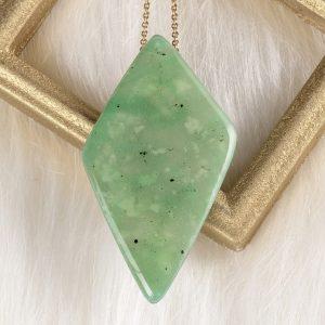 Le verso du collier Ellen art bijou se compose d'une imitation de la pierre de jade qui symbolise le courage la justice et la sagesse
