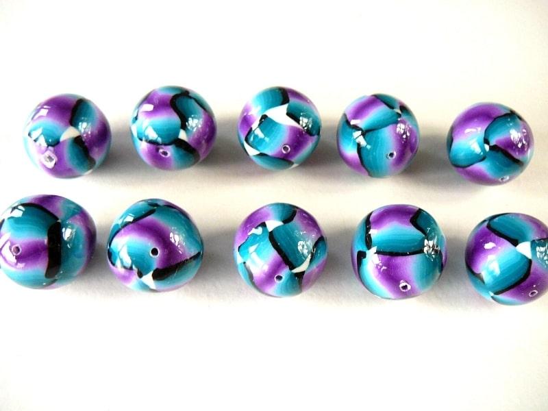 A partir d'un skinner blend à plusieurs couleurs il est possible de réaliser plein de choses dont ces perles rubans que le cours dégradé partie 1 de Com'une Alchimie vous propose d'apprendre